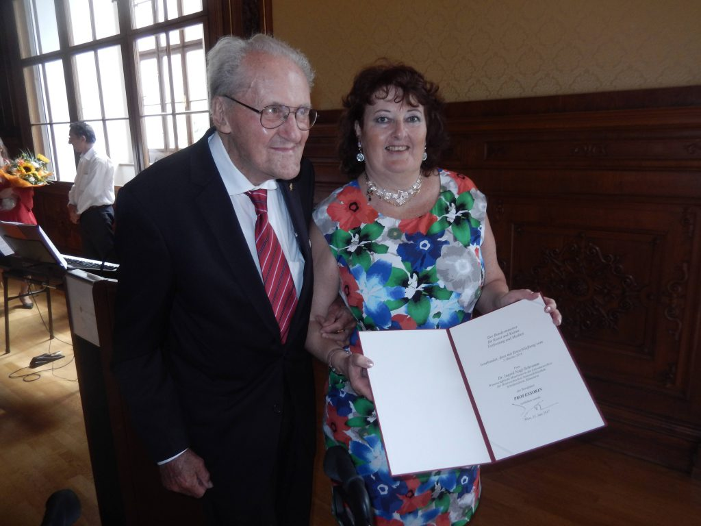 Brigadier Alfred Nagl mit der neu ernannten Professorin Dr. Ingrid Schramm