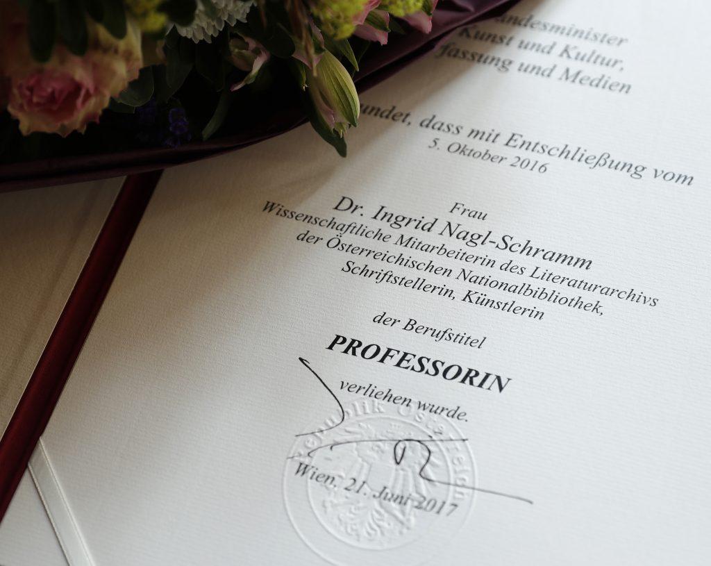Am 21. Juni 2017 überreichte Reinhold Hohengartner die Urkunde, mit der Ingrid Nagl-Schramm der Berufstitel Professorin verliehen wurde.
